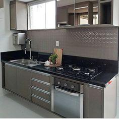 """4,500 curtidas, 39 comentários - Meu novo Apê (@meunovoape) no Instagram: """"Uma belíssima cozinha para quem ama marcenaria em tons mais escuros. Destaque para o revestimento e…"""""""