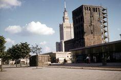 Oto nieco surowe, amatorskie zdjęcia z podróży dra Schulza, które publikujemy za jego uprzejmą zgodą. Na zdjęciu ulica Marszałkowska. Na pierwszym planie pawilony handlowe, które przetrwały aż do 2010 r., głębiej nieodbudowany jeszcze wieżowiec Pasty, a w tle pachnący nowością Pałac Kultury i Nauki - zdjęcie