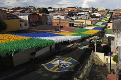 A boy rides his bicycle along Third Street of the Alvorada neighbourhood which is decorated for the 2014 World Cup in Manaus | El día en imágenes - Yahoo Noticias