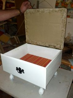 Add legs to an old drawer, hinged lid with a padded top, and you have an ottoman/footstool with storage. 15 DIY Ideas How to Re-purpose Old Drawers Refurbished Furniture, Repurposed Furniture, Furniture Makeover, Painted Furniture, Chair Makeover, Furniture Projects, Diy Furniture, Furniture Refinishing, Storage Footstool