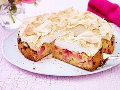 Rhabarberkuchen mit Baiser ist ein echter Klassiker. Er begeistert besonders durch die köstliche Kombiniation aus süß und sauer. Das beste Rezept!