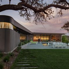 Schwartz and Architecture looked to ecology while conceiving this T-shaped residence situated in the hills of a winemaking region dotted with oak trees.