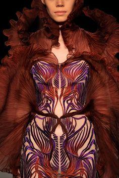 Iris Van Herpen, Beautiful Gowns, Eye Candy, Bodycon Dress, Spring Summer, Vans, Detail, How To Wear, Fashion Design
