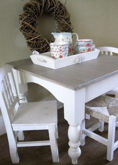Gezellig zithoekje voor de #kinderkamer met #brocante kindertafel en stoel | Cute kids table and chairs for the #kidsroom