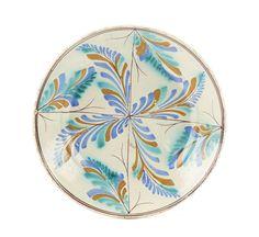 Prato em faiança portuguesa, fabrico de Coimbra, dito Ratinho. Decoração com motivos vegetalistas em tons de verde, amarelo, azul e vinoso.