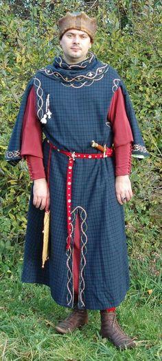 Adeliger oder Bürger mit rotem Kittel, darüber besticker Surcote und eine Zinnenmütze
