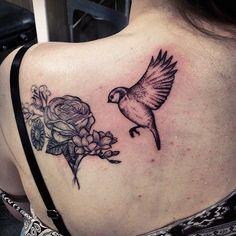 tattoo-schwalbe-tattoo-motive-für-frauen-große-rose-und-vogel-am-rücken Vogel Tattoo, Neue Tattoos, Tattoo Motive, Tattoo Designs, Rose, Coolest Tattoo, Flowers, Woman, Pink