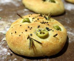 La Focaccia es muy popular en Italia y generalmente se aliña con aceite de oliva y hierbas locales al que se añade queso y carne todo ello aromatizado con diversos vegetales.