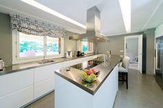 Tanto en los suelos como en las paredes de la cocina también se optó por usar…