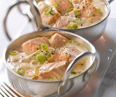 Blanquette de saumon 6 pavés de saumon 4 ciboules 2 carottes 1 citron (jus) 1 c. à soupe de persil haché 60 g de beurre 40 cl de crème fraiche liquide 30 cl de bouillon de volaille 2 c. à soupe de farine 2 c. à soupe de moutarde àl'ancienne sel et mélange de 5 baies