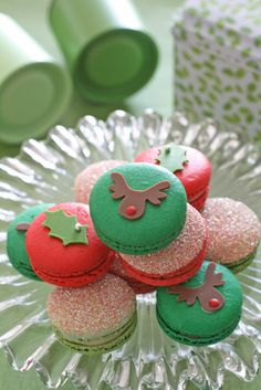 What better way to celebrate Christmas then with these adorable Christmas macarons! Christmas Sweets, Noel Christmas, Christmas Goodies, Christmas Baking, All Things Christmas, Xmas, Macarons Christmas, Cupcakes, Cakepops