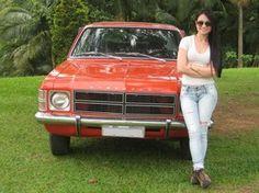 Deise Floriano tem o seu Opala desde 2011. 'Eu também o levo em encontro de carros antigos, onde eu era a única mulher por muito tempo. Com certeza, alguns acham que não é meu', afirma.  (Foto: Deise Floriano/VC no G1)