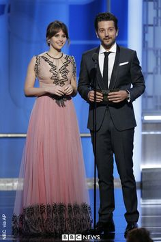 Rogue One stars, Felicity Jones and Diego Luna eamed up to present an award at the Golden Globes ceremony.