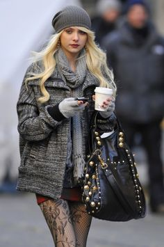 The latest tips and news on Elle Street Chic are on So Grab Your Scarf. On So Grab Your Scarf you will find everything you need on Elle Street Chic. Mode Gossip Girl, Gossip Girl Fashion, Gossip Girls, Jenny Humphrey, Simple Winter Outfits, Outfit Winter, Mein Style, Winter Stil, Taylor Momsen