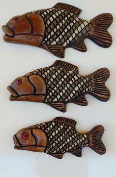 Trio peixes de parede Bikinis, Swimwear, Fashion, Ceramic Tile Crafts, Handmade Crafts, Pisces, Wall, Rocks, Bathing Suits