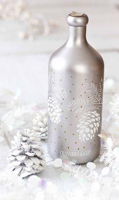 Huile Oliviers & co Édition limitée à quelques centaines de bouteille pour ce Noël. Cette huile aux saveurs végétales, aux notes d'artichaut, parfumera délicatement les carpaccio de poisson, les crèmes de butternut ou tout simplement une véritable burrata des Pouilles. Un contenant que tu pourras garder longtemps: ce sont les bouteilles opaques qui conservent le mieux l'huile d'olive contre l'oxydation. © Anne Demay-Reverdy © Panier de Saison