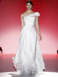 "Desfile Hannibal Laguna 2013 na Barcelona Bridal Week: noivas ""clean"" - Clique para ver mais"