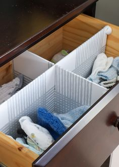 Easy DIY Drawer Dividers For Any Size Drawer These easy DIY Drawer Dividers can carve out more space and function in ANY drawer, and they are SO simple to make using items you have around the house! Baby Drawer Organization, Diy Drawer Dividers, Diy Drawer Organizer, Home Organization Hacks, Diy Drawers, Dresser Drawers, Clothes Drawer, Diy Room Divider, Layout