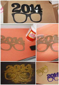 2014 Glitter Glasses with free printable.  Rock this NYE!  #diy #glitter #nye