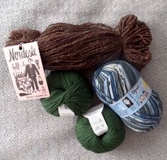 @greatwoollyowl asked me #widn a couple of days ago. At the moment I was at #retrosariarosapomar engaging in some woolpiggery   from the bottom left to the right: BB merinos by fonty, colour no. 850; #retrosarianordeste in dark brown; Opal Popcorn in colour no. 9107. These are all going to be gifts for other people, so I should start knitting! Care to share what you're up to @themodernknitter @petite.filature @thecharmofit ?