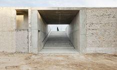 La belleza minimalista de un sistema de muros de hormigón caracteriza a este parque diseñado por el arquitecto Héctor Fernández Elorza en el suroeste de Zaragoza. Fueron las particularidades del propio solar en el que se emplaza las que empujaron aHéctor Fernández Elorza a tomar las principales decisiones del proyecto. Por un lado, el suelo …