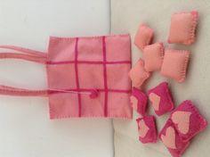 Sacolinha jogo da velha em feltro rosa, a sacolinha também serve como tabuleiro e guarda as peças.