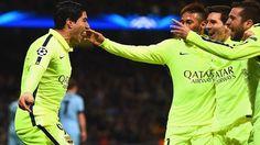 Neymar, Messi y Jordi se aprestan a felicitar a Luis Suaérez por el gol conseguido. | Manchester City - Barcelona 1-2: el partido en fotos - UEFA Champions League.