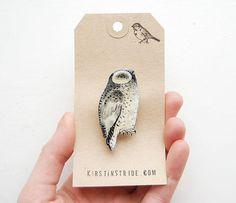 Handdrawn SchneeEule Vogel Brosche / Hand made von kirstinstride, £18.00