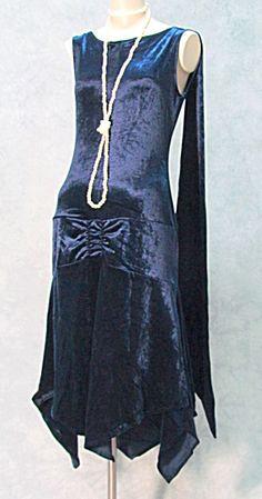 Flapper Dress in blue velvet. 1920 Style, Style Année 20, Flapper Style, 1920s Flapper, Gatsby Style, 30s Fashion, Art Deco Fashion, Fashion History, Retro Fashion