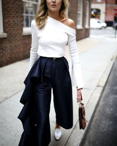 If you like to wear a simple outfit but stylish, asymmetrical tops outfit is the right choice. By wearing the right asymmetrical tops, whether long sleeves, horizontal, polka dots or even plain mot… Nyc Fashion, Korean Fashion, Fashion Outfits, Fashion Trends, Fashion 2017, Style Casual, Casual Outfits, Navy Style, White Outfits