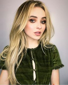 Sabrina Carpenter as Evangeline Samos from board 'The most perfect cast for 'The Red Queen' by Victoria Aveyard! Share to Elizabeth Banks for the perfect movie from the perfect cast! Pretty People, Beautiful People, Sabrina Carpenter Outfits, Look Plus, Girl Meets World, Foto Instagram, Female Singers, Woman Crush, Her Hair