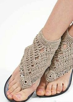 It is a website for handmade creations,with free patterns for croshet and knitting , in many techniques & designs. Crochet Sandals, Crochet Boots, Crochet Slippers, Crochet Clothes, Make Your Own Shoes, How To Make Shoes, Hippie Crochet, Crochet Geek, Crochet Flip Flops