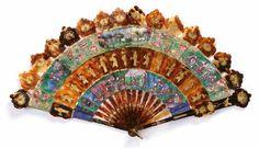Village du Sud de la Chine Eventail cabriolet en écaille à décor doré de personnages et de fleurs. Les feuilles en papier peint à la gouache de scène d'audience, de faisans parmi les fleurs, de cartels à scènes de village et de vie domestique avec des personnages à têtes d'ivoire et vêtements de soie. Bélière. #Chine, vers 1840. Vendu aux #encheres le 13/05/14 par Art Richelieu