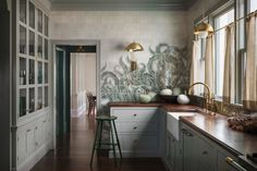 """Lush Luxe: An """"Ode to the Pacific Northwest"""" in a Portland Craftsman (Remodelista: Sourcebook for the Considered Home) Old Home Renovation, Kitchen Wrap, Kitchen Decor, Boho Kitchen, Green Kitchen, Kitchen Backsplash, Kitchen Countertops, Built In Sofa, Kitchens"""