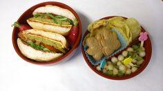 #1_Christelle_France Bonjour, Je vous présente mon bento . j'ai fais un hamburger végétarien et sans gluten . La galette est faite de petits pois, maïs, oignon et différentes épices, farine de riz, œuf et deux tartines craquantes au sarrasin sans gluten émiettées. Le petit pain est sans gluten. Garni de tomate et roquette ainsi qu'une tranche de fromage à hamburger. Une salade de fruits accompagne ce menu ainsi que 2 petits biscuits et des chips fait maison.