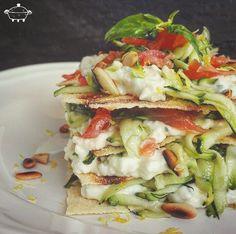 Lasagnetta fredda di pane guttiau con zucchine salmone e stracchino - Per prima cosa lavate le zucchine e con una grattugia a maglie larghe...