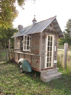 I just had to show you this rustic tiny house on wheels because its so unique. Well its not really a house. Its just a shed on wheels. But heres a tiny house that has a Tiny House Swoon, Tiny House Living, Tiny House On Wheels, Rustic Shed, Rustic Style, She Sheds, Potting Sheds, Backyard, Patio