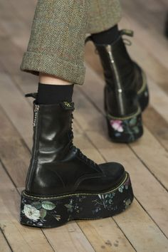 Runway: Fall 2017 Ready-to-Wear fashion show, .- Runway: Herbst 2017 Ready-to-Wear-Modenschau, Runway: Fall 2017 Ready-to-Wear fashion show, - Sock Shoes, Cute Shoes, Me Too Shoes, Shoe Boots, Big Shoes, Crazy Shoes, Look Fashion, Fashion Shoes, Fall Fashion