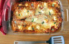 Lasagna cu vinete şi mozzarella este o alternativă la clasica lasagna cu carne, şi totodată, o reţetă de sezon inedită. Este un preparat săţios, sărac în calorii, perfect şi pentru perioadele în care se doreşte reducerea consumului de carne. Lasagna cu vinete şi mozzarella Ingrediente 3 vinete mari 5 roşii medii coapte felii de brânză