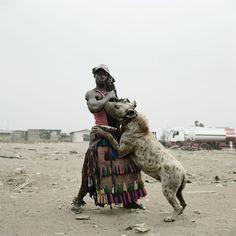 """Os """"homens hiena"""": fotografias de delinquentes africanos com seus poderosos bichinhos de estimação (23 fotos) - Metamorfose Digital"""