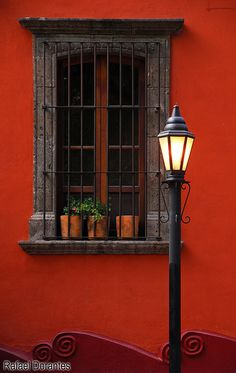 San Miguel de Allende, Guanajuato Bars over windows can actually look pretty! Front Windows, Windows And Doors, Fachada Colonial, Hacienda Style, Mexican Style, Spanish Style, Porches, Decoration, World