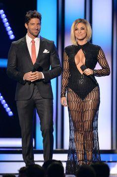 Más tarde, durante la premiación, Aracely lució otro vestido con falda…