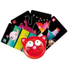 Ce porte-carte Djeco en forme de tête de chat est adapté aux mains des enfants. Il permet de tenir facilement ses cartes en main lors d'une partie de jeux de cartes.