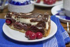 Mit unserem Rezept gelingt die Donauwelle garantiert – ein schokoladig-fruchtiger Kuchen, der es in sich hat! http://www.fuersie.de/kochen/backrezepte/artikel/rezept-donauwelle
