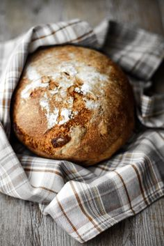 ... wheat bread with dried figs, walnuts and chestnut honey ...