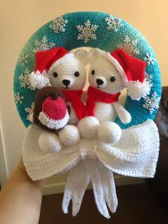 Crochet Christmas wreath created by Steph Blake, via the Crochet Crowd Más Crochet Christmas Wreath, Crochet Wreath, Crochet Christmas Decorations, Crochet Snowman, Christmas Crochet Patterns, Holiday Crochet, Crochet Bear, Christmas Knitting, Crochet Crafts