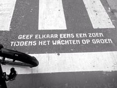Give each other a kiss while waiting for green! Best Inspirational Quotes, Motivational Quotes, Dutch Quotes, Beautiful Lines, Street Signs, Worlds Of Fun, Words Quotes, Make Me Smile, Feel Good