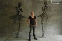 L'artiste Regardt van der Meulen basé à Johannesburg, a créé Drip and Deconstructed, une série de sculptures en acier forgé. Le corps humain avec sa force et sa fragilité se trouve au cœur de cette série, l'artiste exprime à travers ses oeuvres une illusion de sécurité et le concept de la crainte dans notre société moderne.