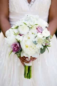 Keep it simple with all white florals! View the full wedding here: http://thedailywedding.com/2016/01/17/luminous-winer-wedding-aleth-ryan/