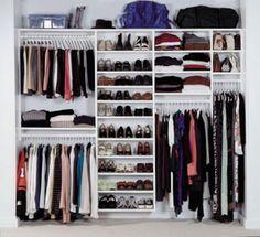 Parfait dressing avec des penderies de différentes hauteurs, un coin chaussures et des étagères
